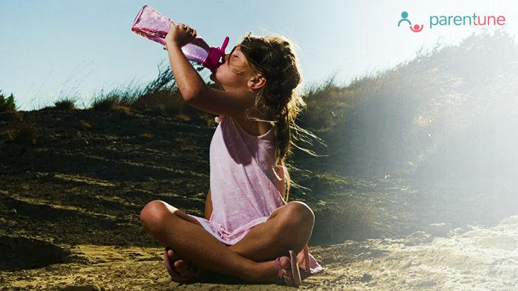 गर्मी में बच्चों में पानी की कमी Dehydration के संकेत या लक्षण