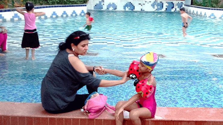बच्चे को स्वीमिंग पूल ले जाते समय साथ रखने वाली 8 चीजें