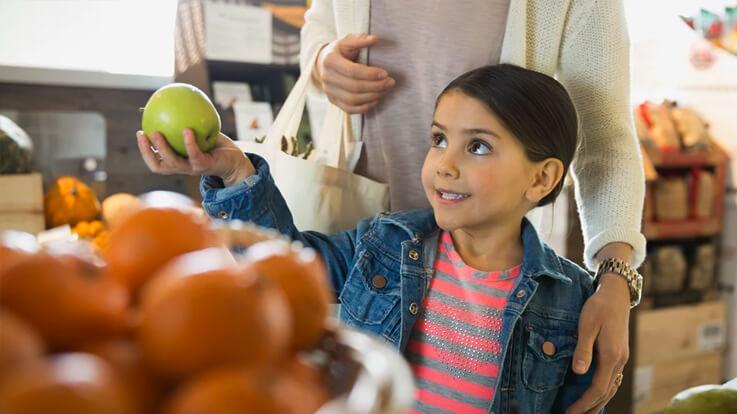 बच्चों को इस तरह सिखाएं फल सब्जी खरीदना
