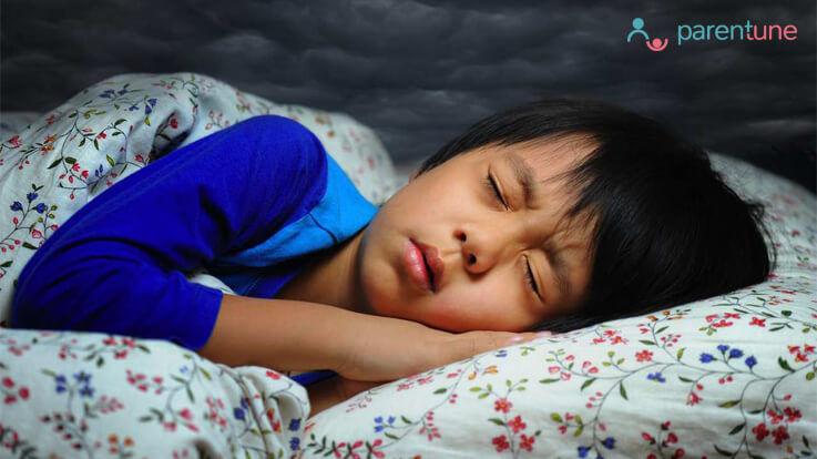 क्या करें जब आपका बच्चा सोते हुए डर जाये या बुरा सपना देख कर उठ जाये