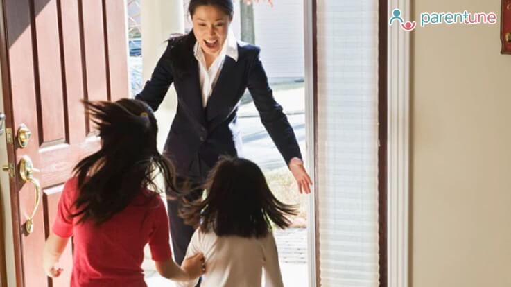 कामकाजी महिलाएं इन 7 तरीकों से रखें बच्चे का ध्यान